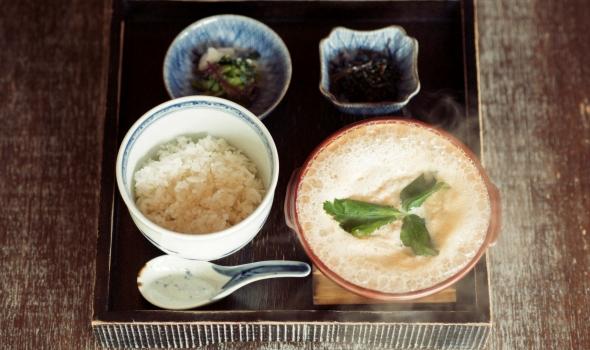 箱根の水の恵みを味わえる足湯&湯葉丼ランチ