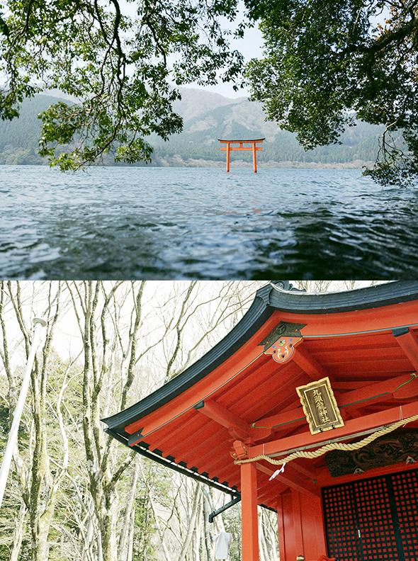 湖上に佇む小さな鳥居が目印。芦ノ湖の龍神様を祀る「九頭龍神社」。